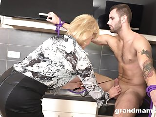 Strong girder drops a visit to mature housewife to polish her twat well