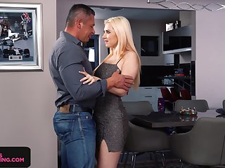 Seductive babe Roxy Risingstar gives a great blowjob and rimjob authentication bandeau