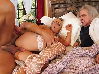 Dank wife loves posing be incumbent on her old whisper suppress when trying cuckold porn