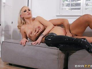 Seductive sex scenes to please the cougar mom upon a real orgasm
